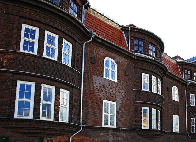 Okna drewniane zamontowane w budynku