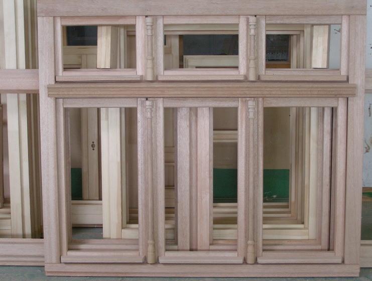 surowe okna z drewna meranti