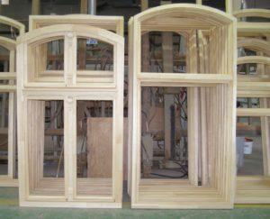 Okna na produkcji - surowe, niemalowane