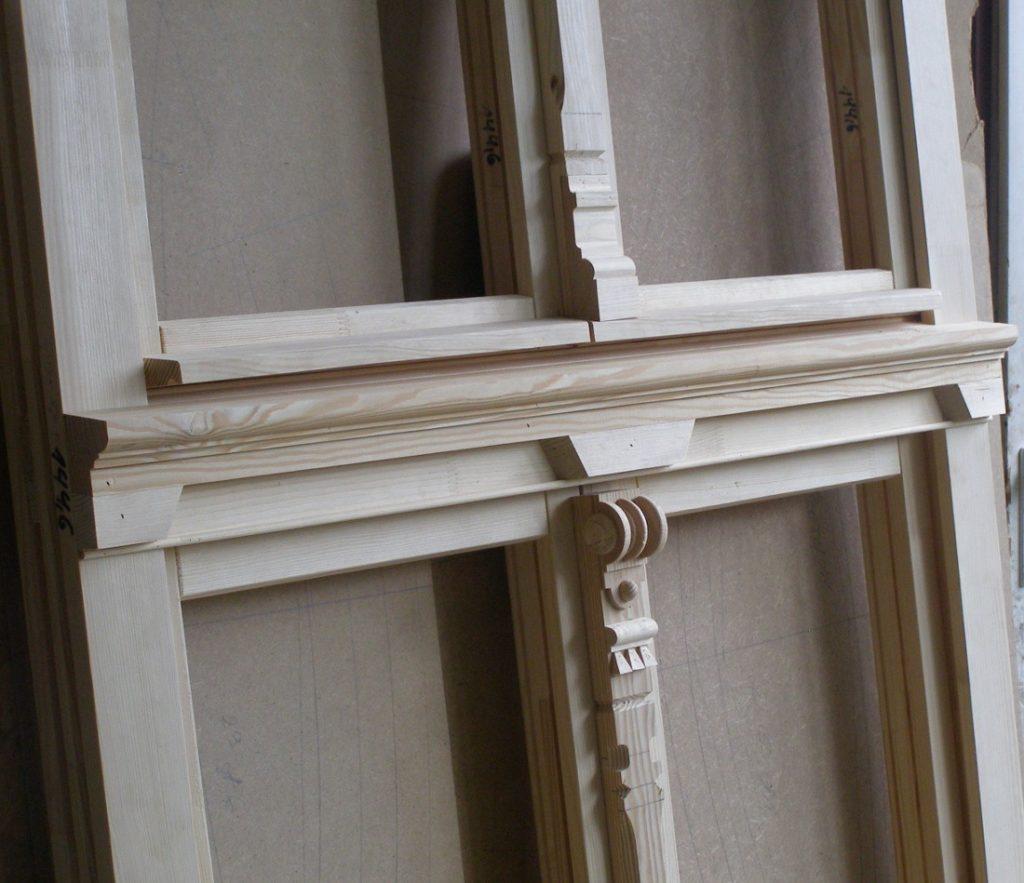 Szlachetne, surowe okno drewniane