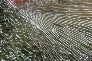 Zbita szyba okna