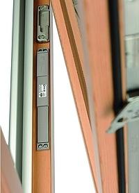 Kontaktron zamontowany w oknie drewnianym