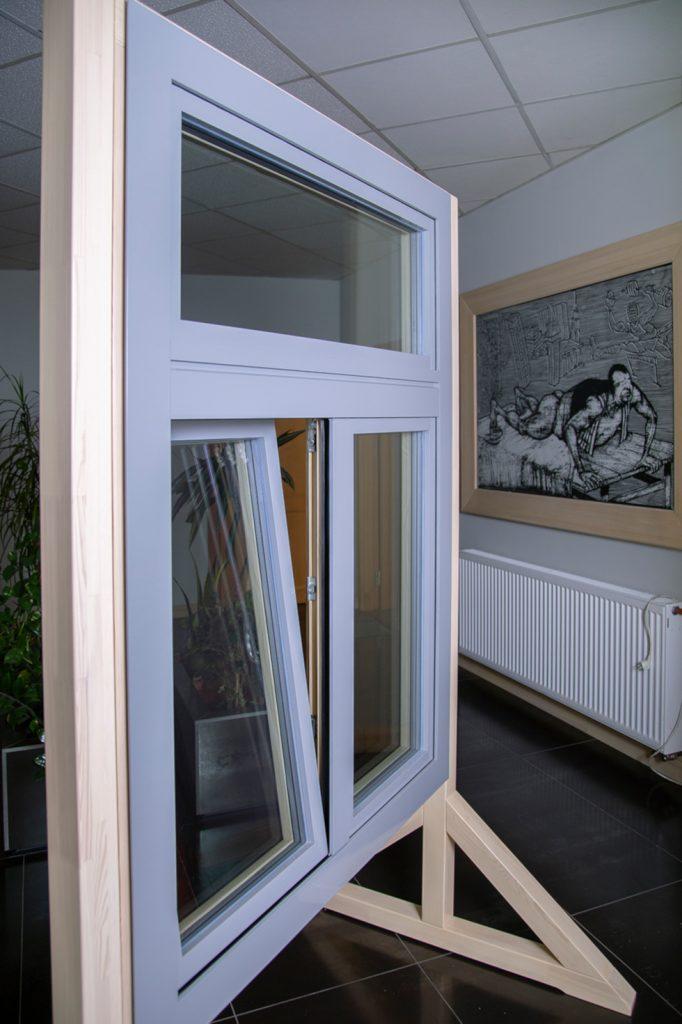 Okno drewniane z nakładką aluminiową na wystawie